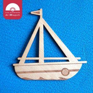 broche en bois gravée et ajourée, le bateau caravelle